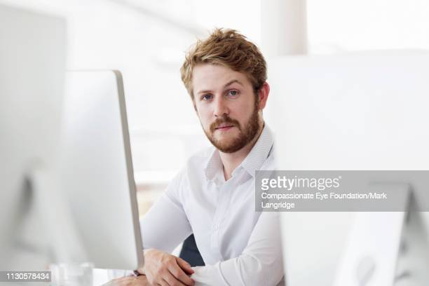 portrait of businessman in modern office - 25 29 jaar stockfoto's en -beelden