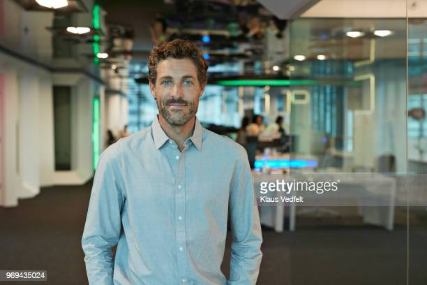 portrait of businessman inside high-tech office - männer stock-fotos und bilder