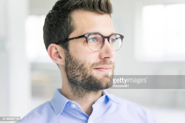 portrait of businessman looking sideways - menselijk hoofd stockfoto's en -beelden