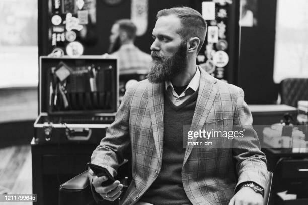 retrato del hombre de negocios - masculinidad moderna fotografías e imágenes de stock