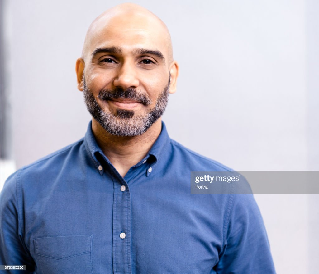 Portrait d'homme d'affaires, souriant contre mur : Photo