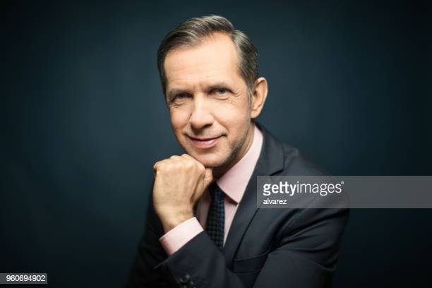 Portret van zakenman met hand op kin