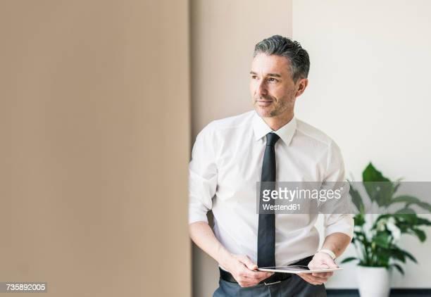 portrait of businessman with tablet - camisa con botones fotografías e imágenes de stock