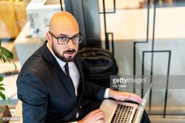 retrato do empresário trabalhando - careca - fotografias e filmes do acervo