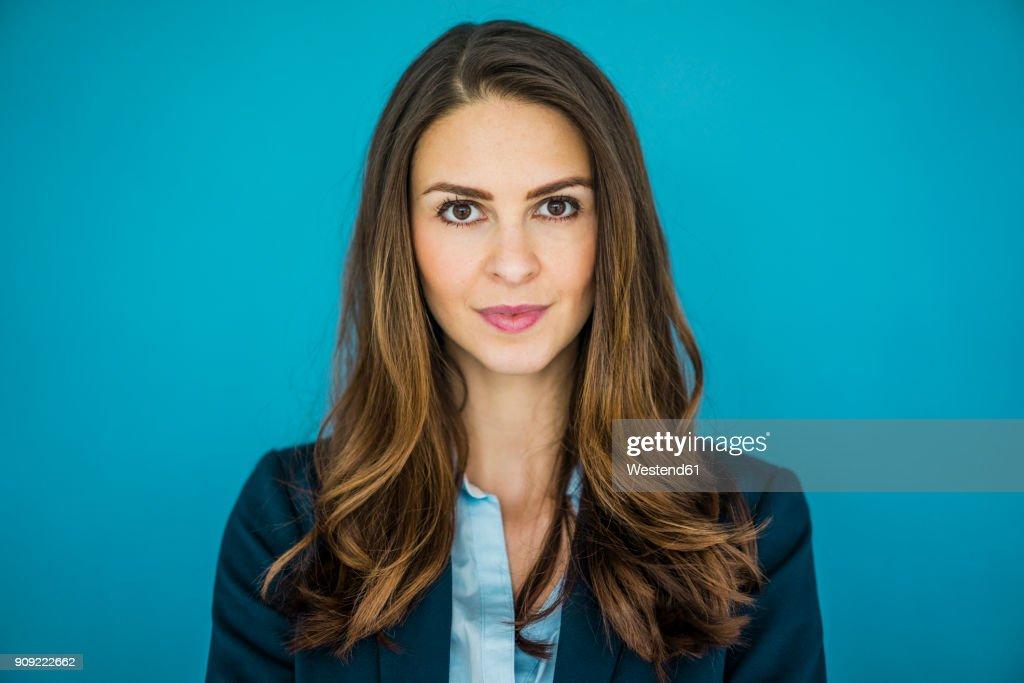 Portrait of businesswoman against blue background : Stock-Foto