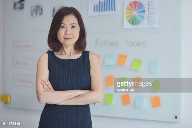 Porträt der Geschäftsfrau gegen whiteboard