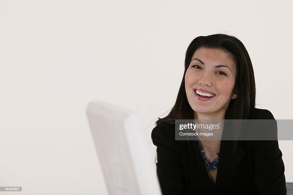 Portrait of businesswoman at computer : Stockfoto