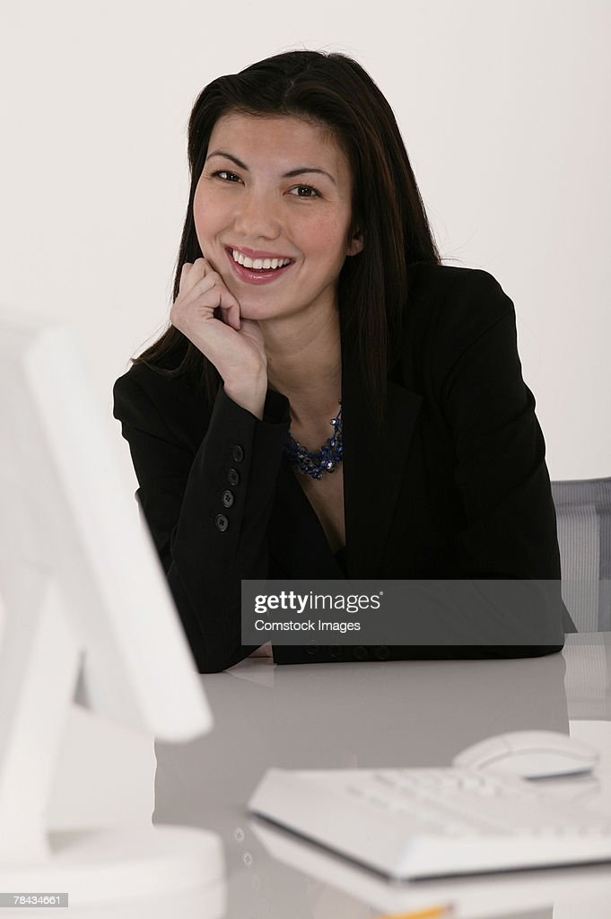 Portrait of businesswoman at desk : Stockfoto