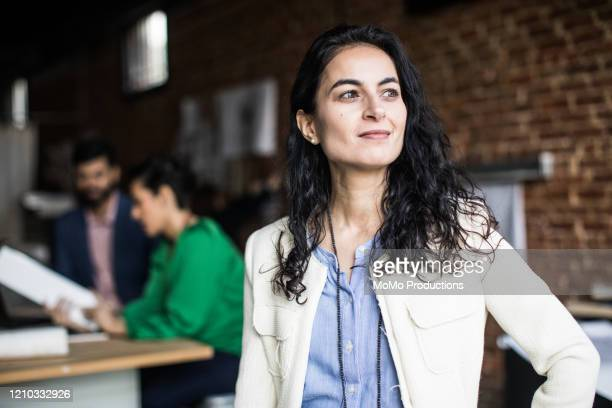 portrait of businesswoman in creative office - directrice photos et images de collection