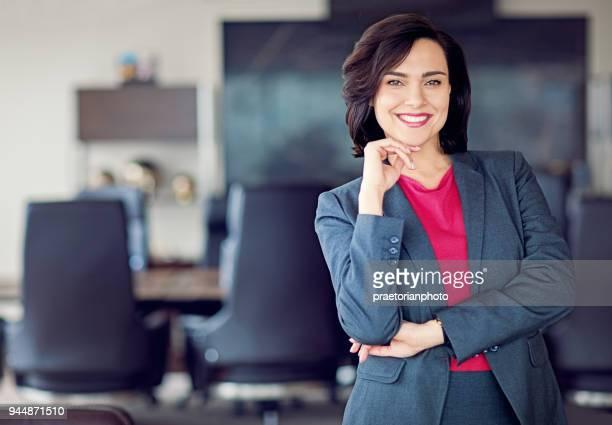 Porträt der Geschäftsfrau in ihrem Büro