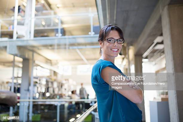 portrait of businesswoman in modern office - haar naar achteren stockfoto's en -beelden