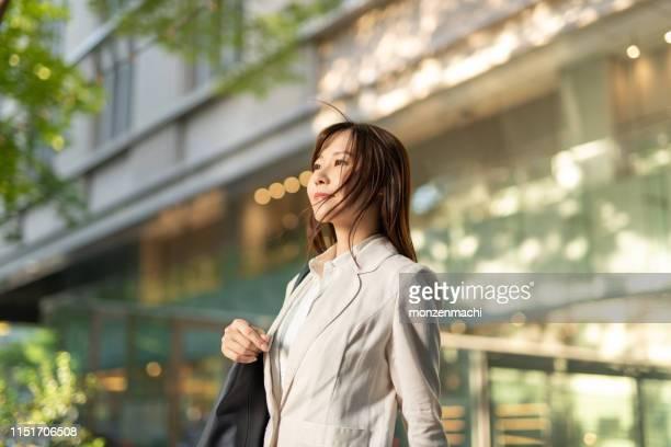 夕暮れ時のストリートでの実業家の肖像 - 期待 ストックフォトと画像
