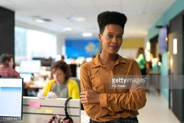 retrato da mulher de negócios - afro - fotografias e filmes do acervo