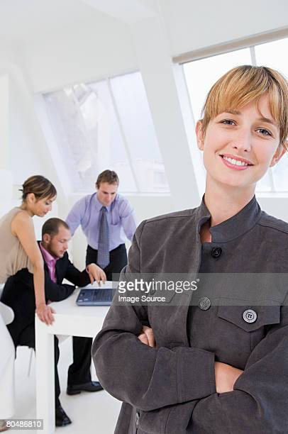 portrait of businesswoman - personne secondaire photos et images de collection