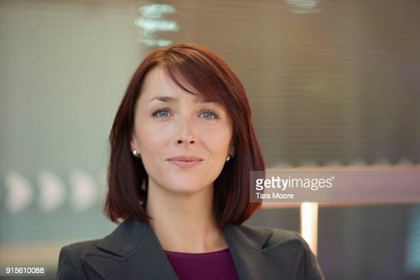 portrait of businesswoman - medium length hair stock pictures, royalty-free photos & images