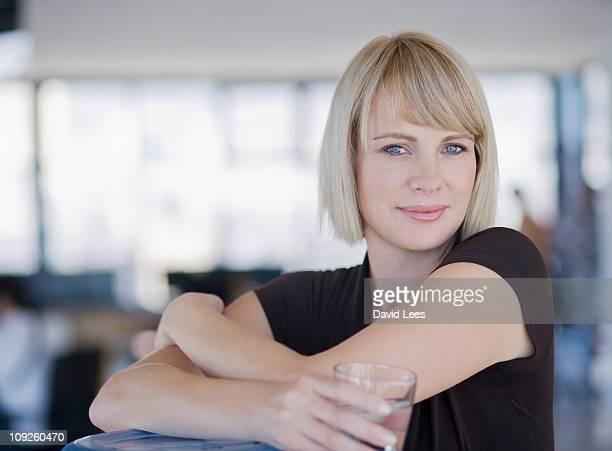 portrait of businesswoman, smiling - mittellanges haar stock-fotos und bilder
