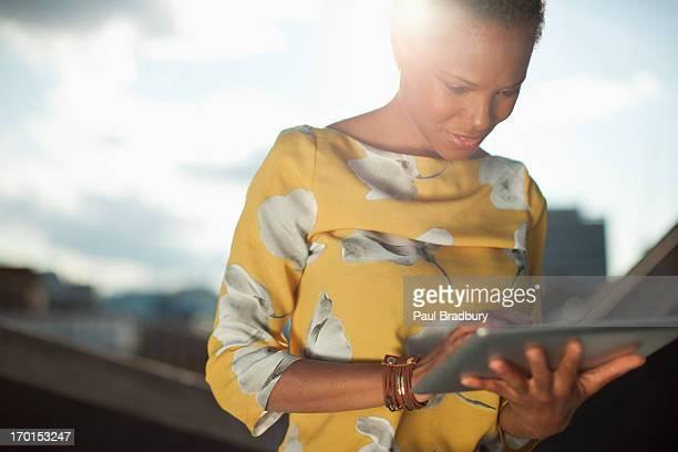 Portrait de femme d'affaires à l'aide de tablette numérique en