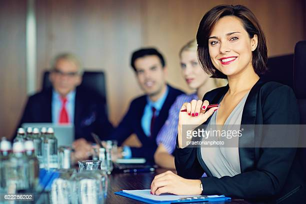 portrait of businesswoman with her team - vaardigheid stockfoto's en -beelden