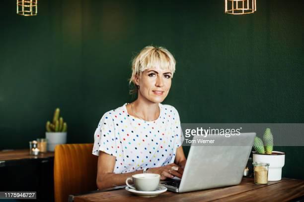 portrait of cafe regular customer - frauen über 30 stock-fotos und bilder