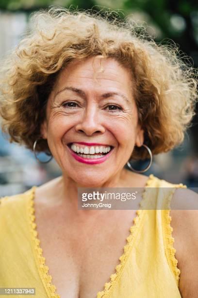 portret van zorgeloze 70 éénjarigen spaanse vrouw - 70 79 jaar stockfoto's en -beelden