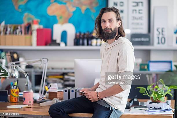 Porträt von lässig Geschäftsmann mit digitalen Tablet im Büro