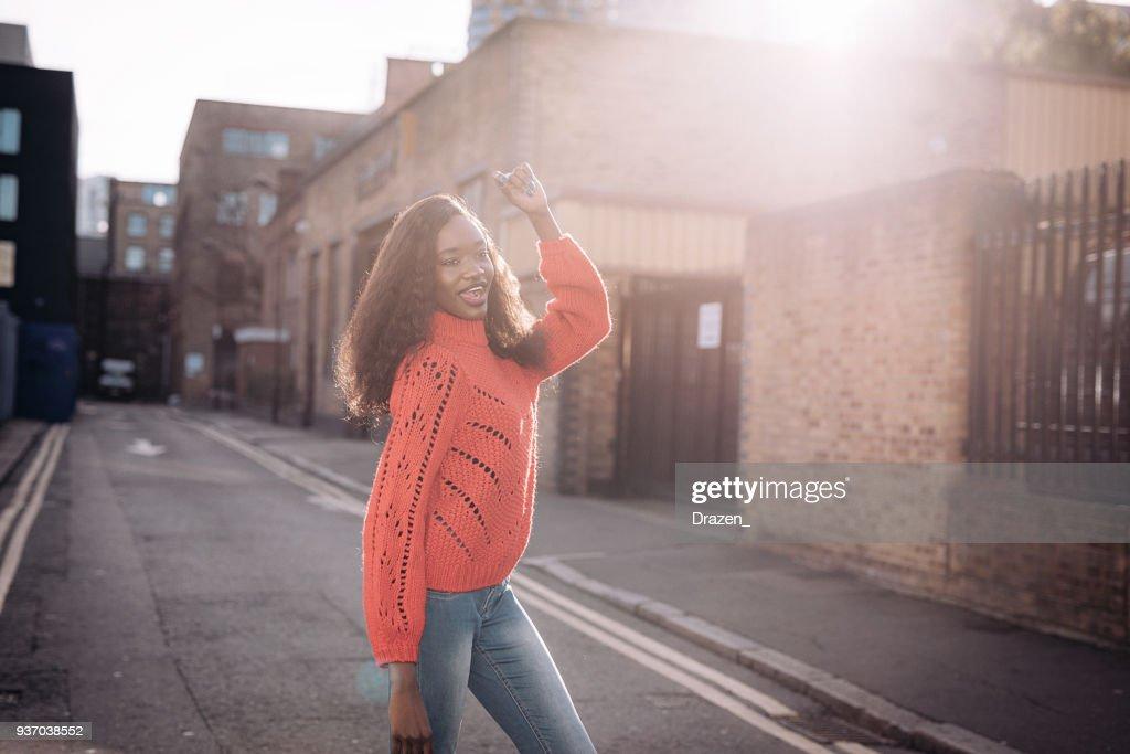 Retrato da mulher africana Central sorrindo e levantando os braços dela : Foto de stock