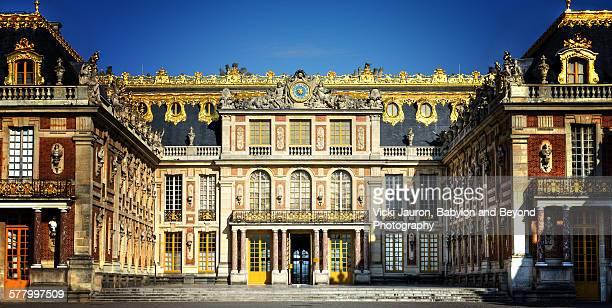 portrait of chateau de versailles - chateau de versailles stock pictures, royalty-free photos & images