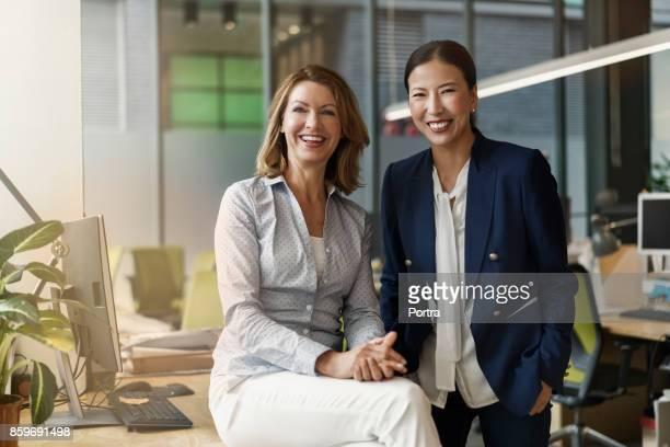 Portret van vrolijke vrouwelijke collega 's