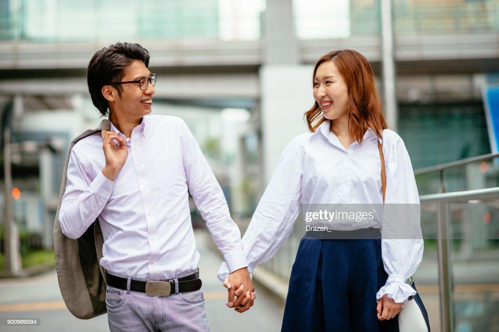 東京で陽気な日本人夫婦の肖像画 : ストックフォト