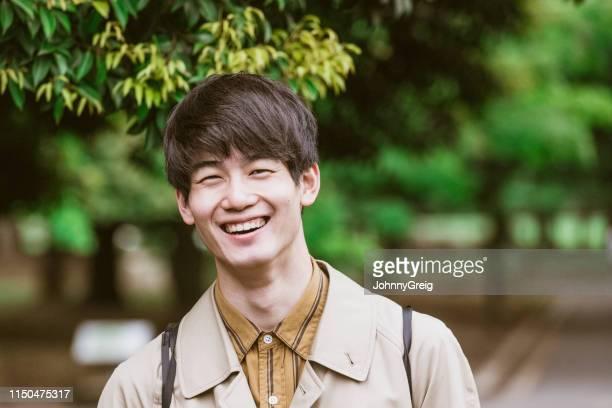 ritratto di allegro giovane giapponese sorridente - only men foto e immagini stock