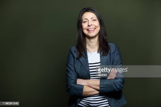 暗い背景に陽気な成熟した女性の肖像 - 南ヨーロッパ民族 ストックフォトと画像