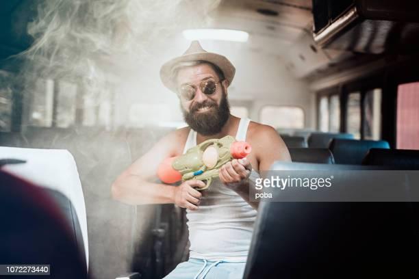 Portret van vrolijke jonge Man houden Water pistool