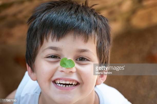 portrait of child  smiling - 4 leaf clover stock-fotos und bilder