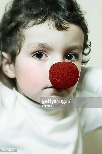 portrait of child with a red clown nose - nariz de payaso fotografías e imágenes de stock