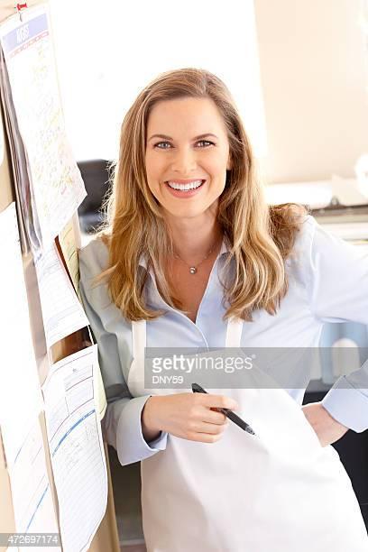 Retrato de confianza y feliz mujer propietario del restaurante
