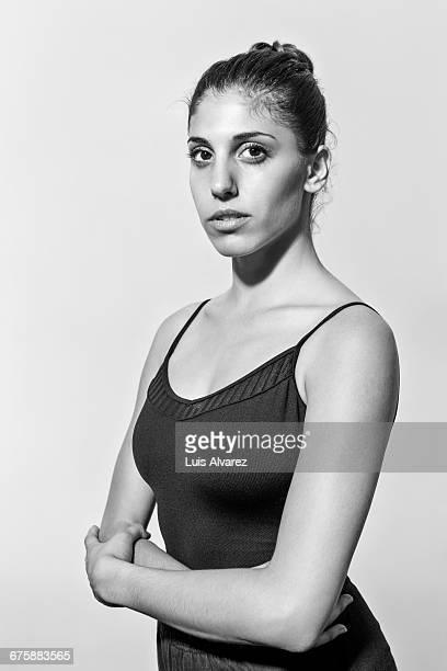 portrait of confident ballerina with arms crossed - donna mezzo busto bianco e nero foto e immagini stock