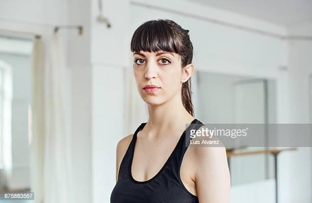 portrait of confident ballet dancer in studio - parte de uma série - fotografias e filmes do acervo