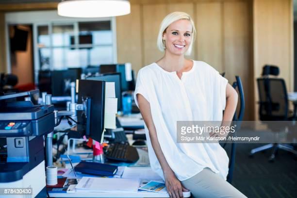 Portrait de confiant blonde femme d'affaires de bureau
