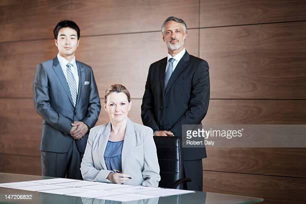 自信を持ってビジネスの人々のポートレートのコンファレンスルーム