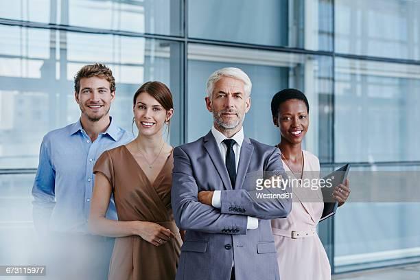 portrait of confident business team - vier personen stock-fotos und bilder