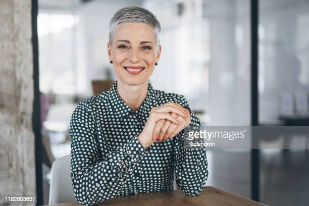 portrait of confident business woman - capelli grigi foto e immagini stock