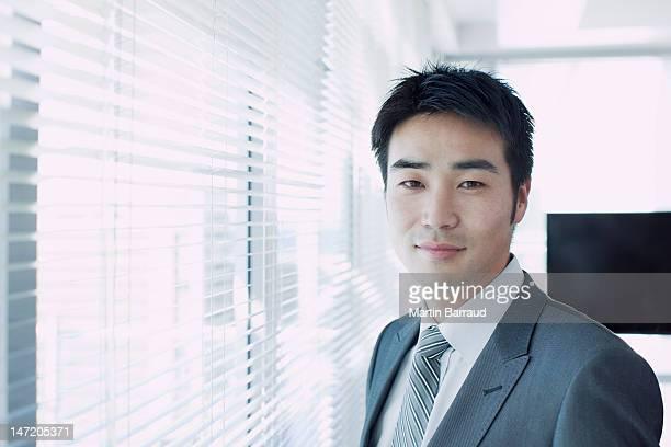 ポートレートの自信に満ちたビジネスマンのウィンドウ