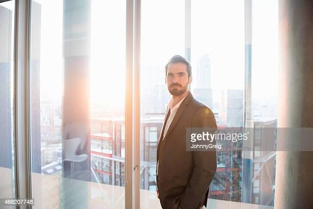Porträt von zuversichtlich Geschäftsmann im Büro