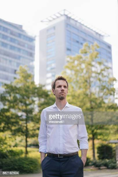 portrait of confident businessman in the city - geschäftskleidung stock-fotos und bilder