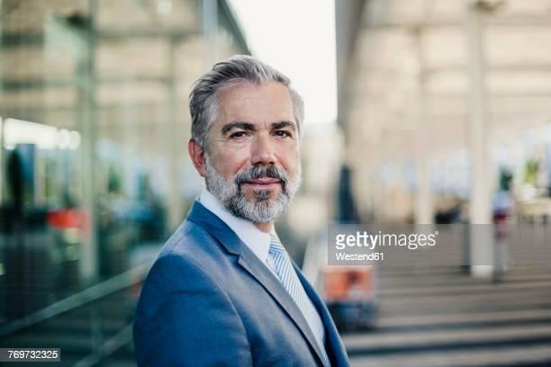 portrait of confident businessman outdoors - 55 59 jahre stock-fotos und bilder
