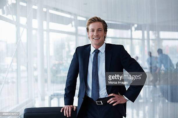portrait of confident businessman - anzug stock-fotos und bilder