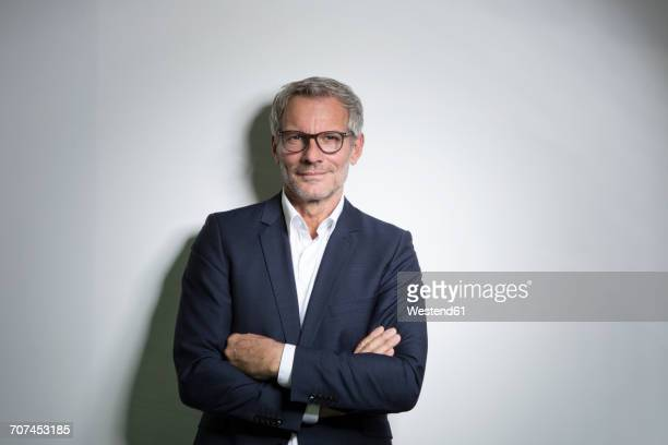 portrait of confident businessman - capelli grigi foto e immagini stock