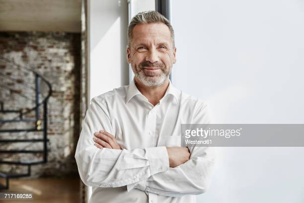 portrait of confident businessman - arme verschränkt stock-fotos und bilder
