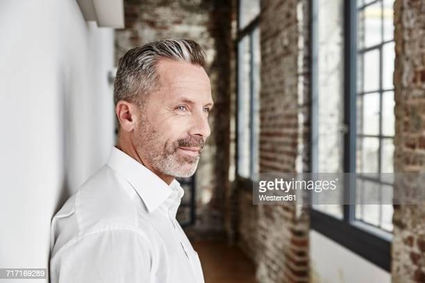 portrait of confident businessman - vestimenta de negocios fotografías e imágenes de stock