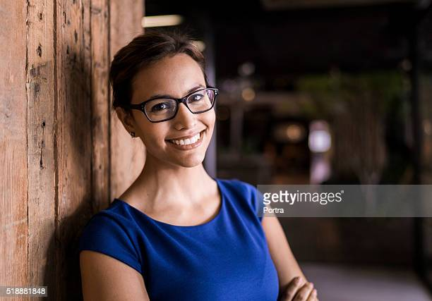 portrait of confident businesswoman against wooden wall - 30 39 jaar stockfoto's en -beelden